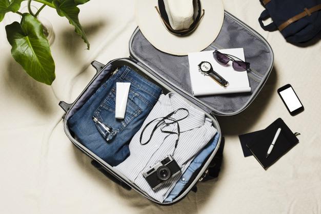 maleta abierta con accesorios de viaje
