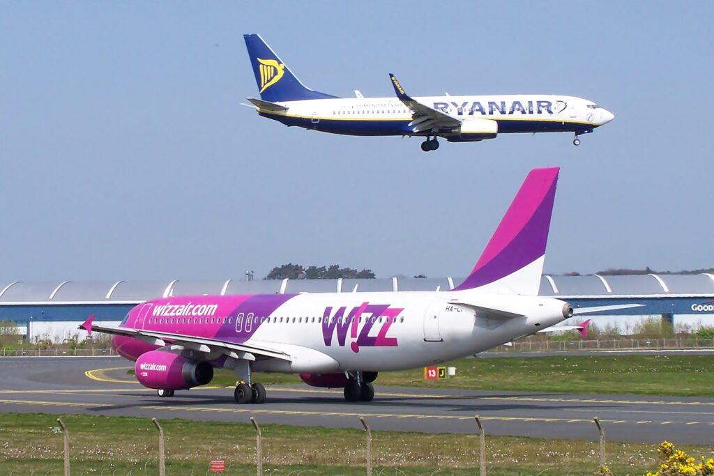 dos aviones de aerolíneas low cost volando