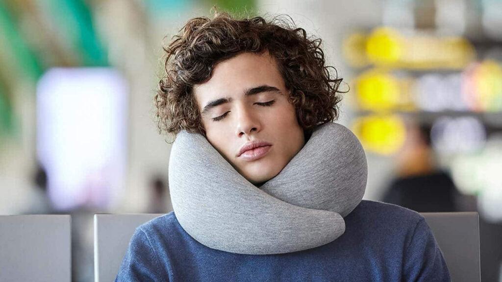 chico con una almohada de viaje cómoda