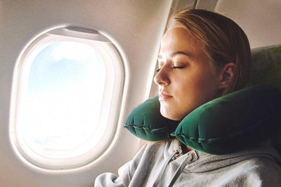 mujer con un cojín de viaje