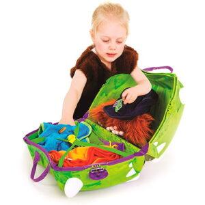 niña con maleta infantil
